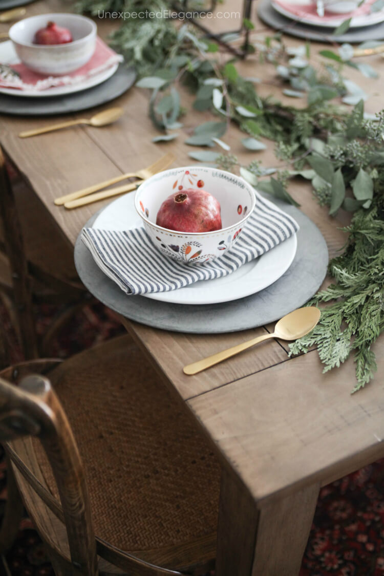 Easy and personalized ideas for your Christmas table. #ChristmasTable #Chrismtasdecor